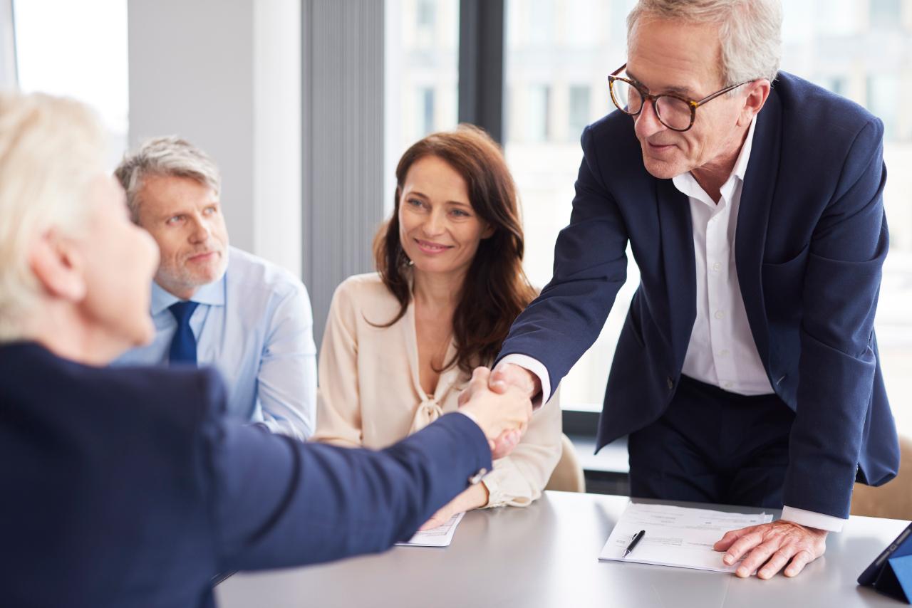 good-deal-between-business-partners-during-busines-VL4672L (1)